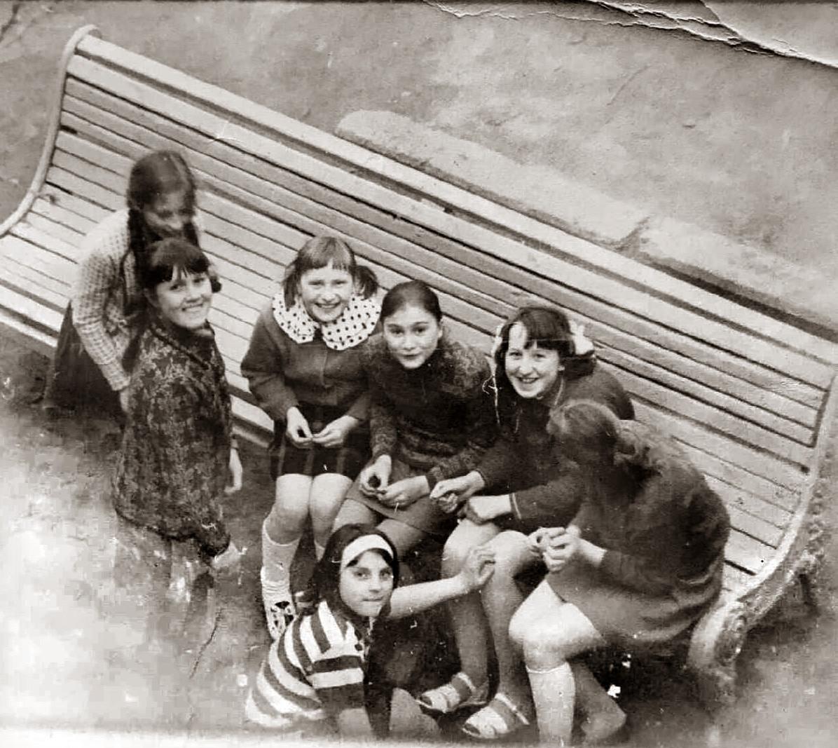 1973 (около). Во дворе дома по ул. Б.Очаковская, 33. Надежда Борисова2