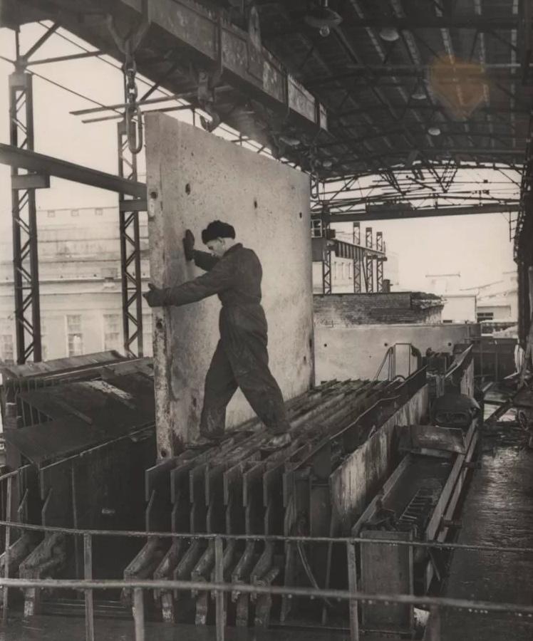 1958 Наум Грановский. Изготовление панелей перекрытий, перегородок и внутренних стен на кассетоформовочных машинах на заводе железобетонных изделий №12. Музей Москвы