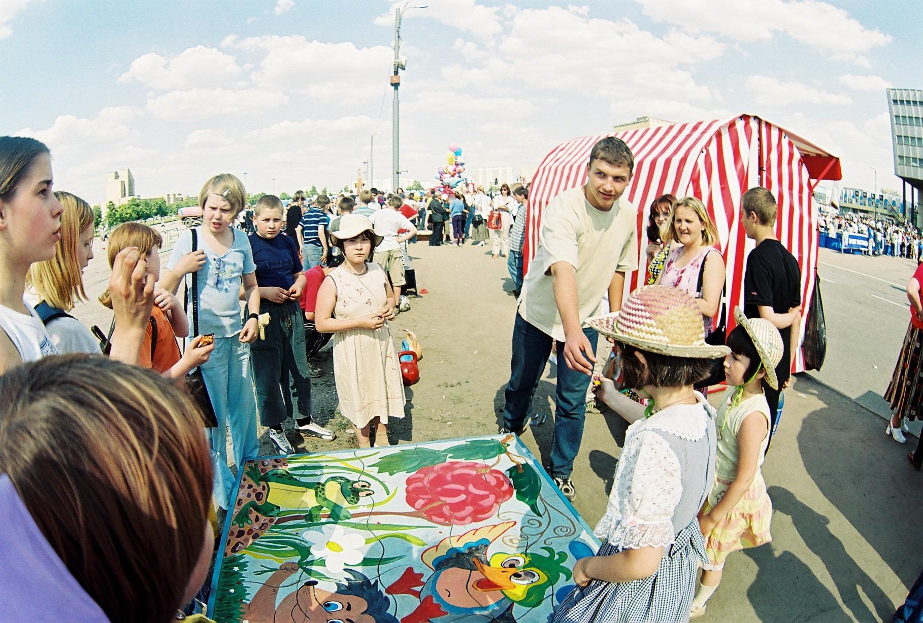 2002 празднование Дня детей 1 июня 2002 г. (снято на широкоугольный объектив Зенита)4