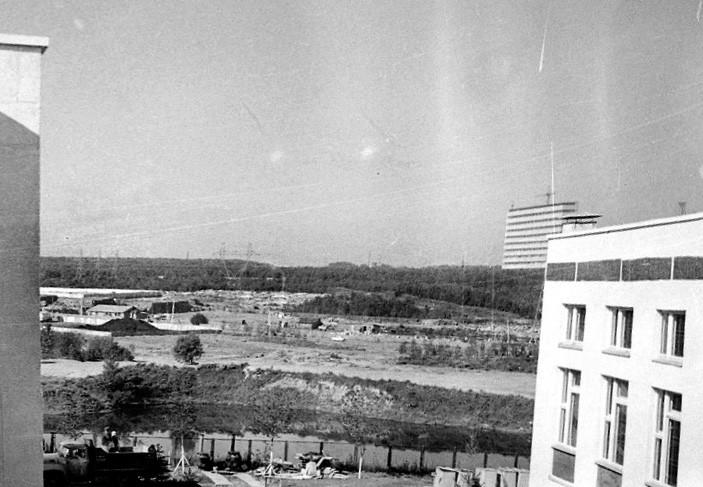1979 Вид из окна школы № 812 на нынешнюю Никулинскую улицу. На заднем плане - тарный склад и ВНИИОФИ