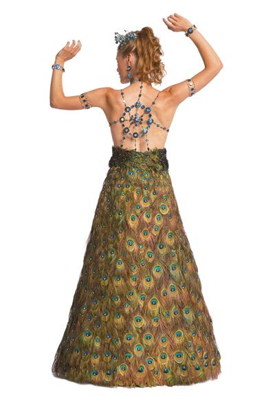 Уникальность ее работ в том, что эти платья изготовлены целиком из бисера, бусин, лент и перьев.
