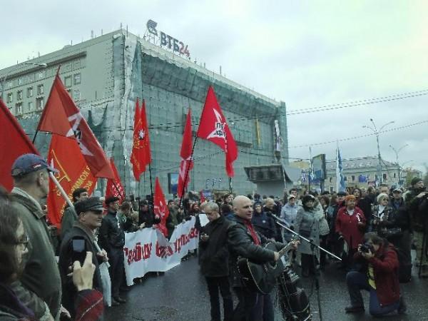 Восходящая звезда оппозиционной сцены Олег 'Акула' Мокряков на фоне ВТБ