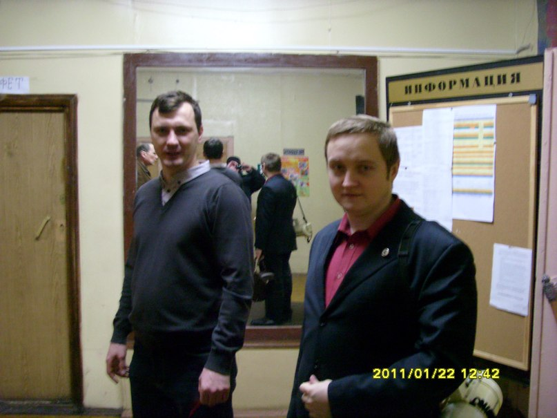 Денис Зоммер, 2-й секретарь МГК СКМ РФ, один из организаторов (справа)