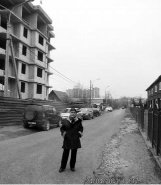 Сидоренко на фоне стройки в Заречье