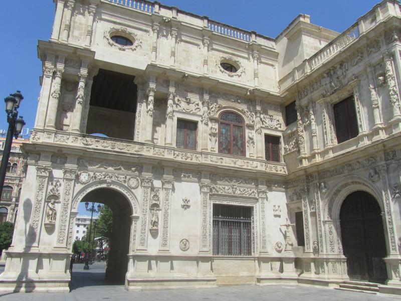 Часть бывшего  францисканского монастыря XIII века, а ныне мэрия Севильи
