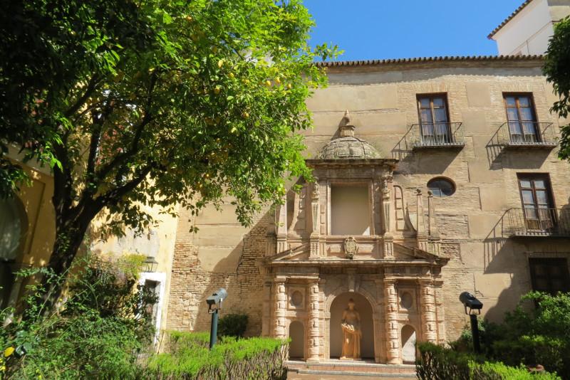 Bнутренний двор, в котором выставлена двойная галерея генуэзских колонн, прекрасный  фонтан из дворца Леви и статуя Помона (римская богиня фруктов и садов и, как следствие, изобилия), работы  Хуана Луиса Вассалло .