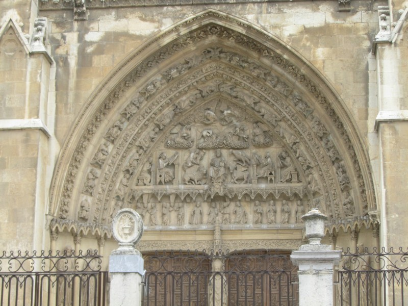 Тимпан над главным входом. Западный фасад Кафедрального собора  Со сценами Страшного Суда