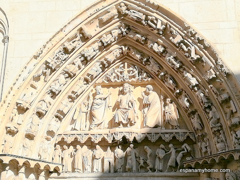Пуэрта-де-ла-Коронерия собора Бургоса рядом с улицей Фернана Гонсалеса