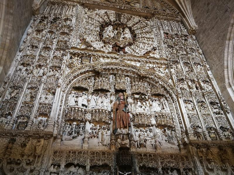Нижняя часть алтаря со Святым Николаем в окружении восьми сцен из его жизни и чудес.