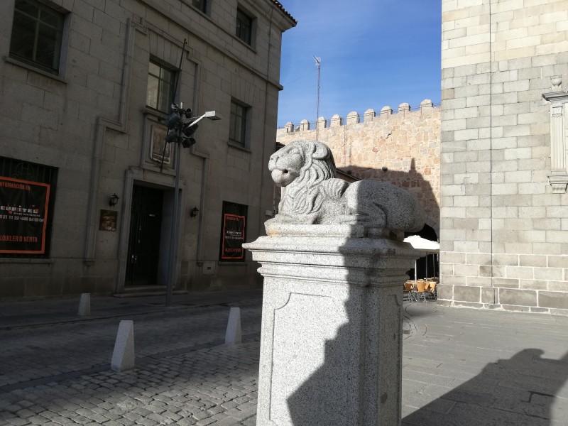 Лев у Кафедрального собора. Авила