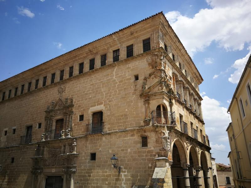 Дворец Сан-Карлос (также называемый дворцом Варгас-Карвахаль) это  здание в  стиле платереско