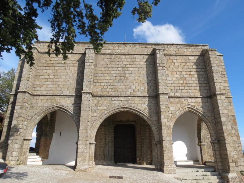 Замковая церковь. Королевские ворота. Готическая остроконечная арка, выходящая на пастбище.