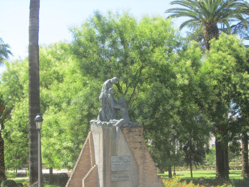 Этот памятник был воздвигнут по инициативе Ротари-клуба Бадахоса, чтобы сохранить память о трагическом наводнении, которое в ноябре 1997 года опустошило большую часть кварталов Пардалерас, Серро-де-Рейес и Сан-Роке в Бадахосе, в результате чего погибло более двадцати человек. люди и материальный ущерб, который еще не был возмещен. Это произведение находится в парке Ла Легион, в начале Ронда дель Пилар.