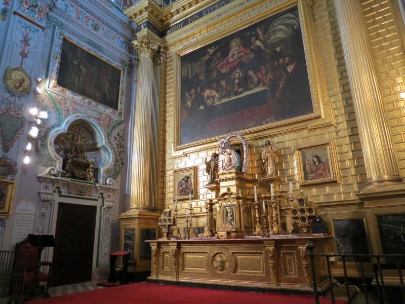 """В главном запрестольном образе, датируемом 1889 годом, """"Тайная вечеря"""" Лукаса Вальдеса представлена в центральной части около 1700 года.  «Апофеоз Сан-Фернандо», тоже работа Лукаса Вальдеса; По бокам представлены две картины маслом Сан-Клементе и Сан-Исидоро, выполненные Вирджилио Маттони.Очень видное место в алтаре занимает богородица Беленская, анонимное произведение XVI века в сопровождении барельефов Святого Иоанна Крестителя и Святого Иоанна Евангелиста, приписываемых Мартинесу Монтаньеса и датируемых первой половиной XVII века."""