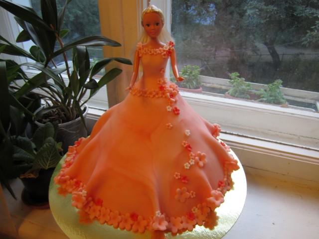 Торт в виде куклы, сама кукла несъедобна, торт это юбка. .  Вес - 3400.