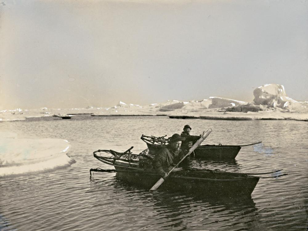 Fridtjof_Nansen_og_Fredrik_Hjalmar_Johansen_padler_i_kajakkene,_1896_(4585834939).jpg