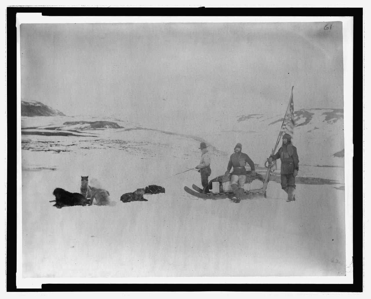 3c36190u лейтенант Локвуд, сержант. Брейнард и эскимос, покидающие Конгера, апрель].jpg
