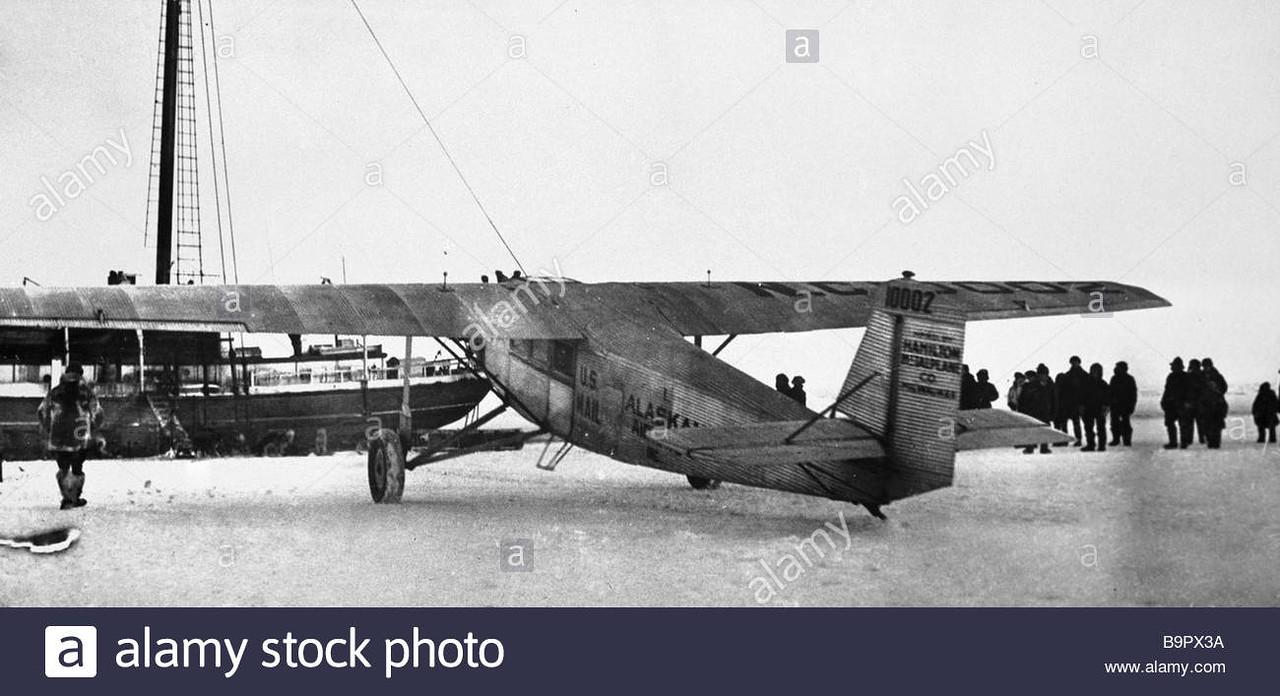 Американский арктический пилот Карл Бен Эйелсон прибыл на свой самолет Гамильтона для спасения шхуны меха Nanuk 1929.jpg