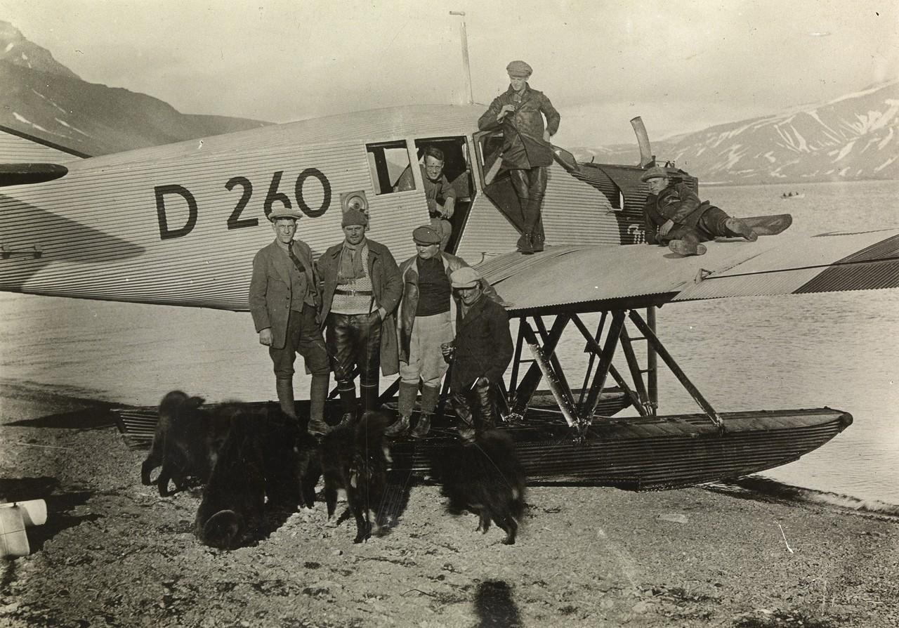 Expeditionsmitglieder vor der Junkersmaschine bei der Funkenstation. Von links nach rechts: Dr. Kurt Wegener, A. Neumann, H.H. Hammer, F. Duus. Oben: W. Löwe, Holbein, Wedekind.