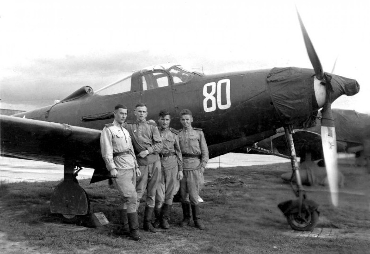 photo_208706 Летчики 101-го гвардейского авиаполка у истребителя P-39 «Аэрокобра».jpg