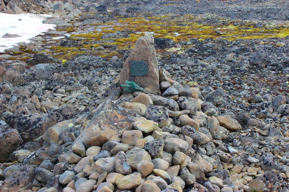 Бухта Тихая, могила летчика Н.М. Иеске, о. Гукера. Фото - В. Кузнецов.jpg