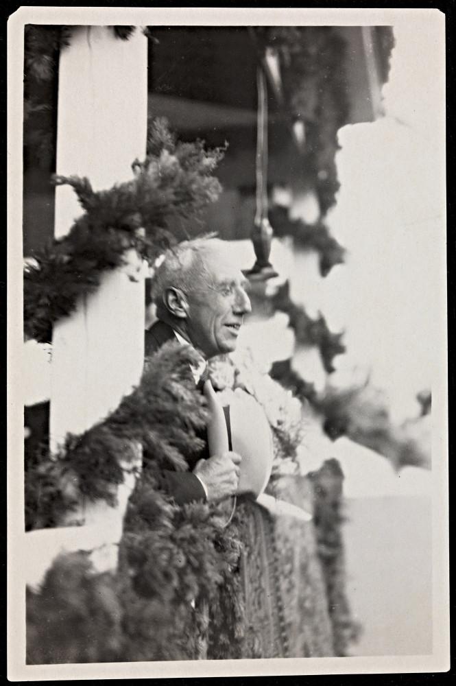 Roald_Amundsen_taler_til_folkemengden_på_kaia_i_Bergen_ved_hjemkomsten_fra_ferden_med__Norge_,_12._juli_1926_(8887667762).jpg