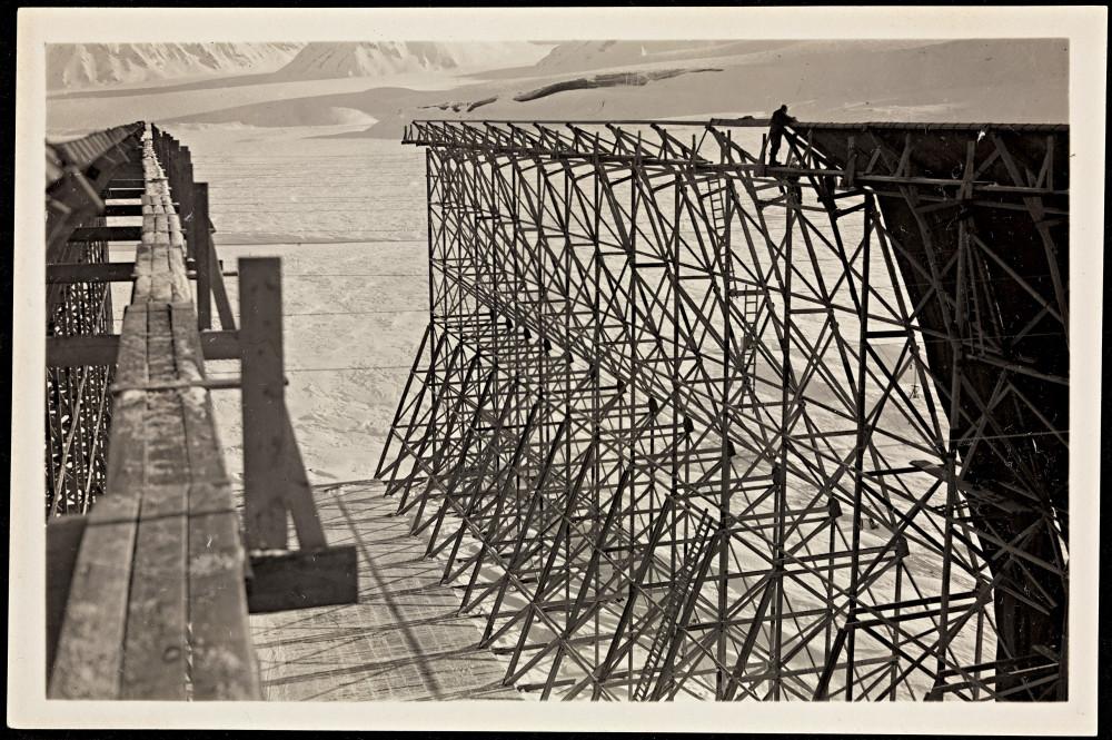 Luftskiphallen_i_Ny-Ålesund_trekkes_med_duk,_1926_(8887042259).jpg