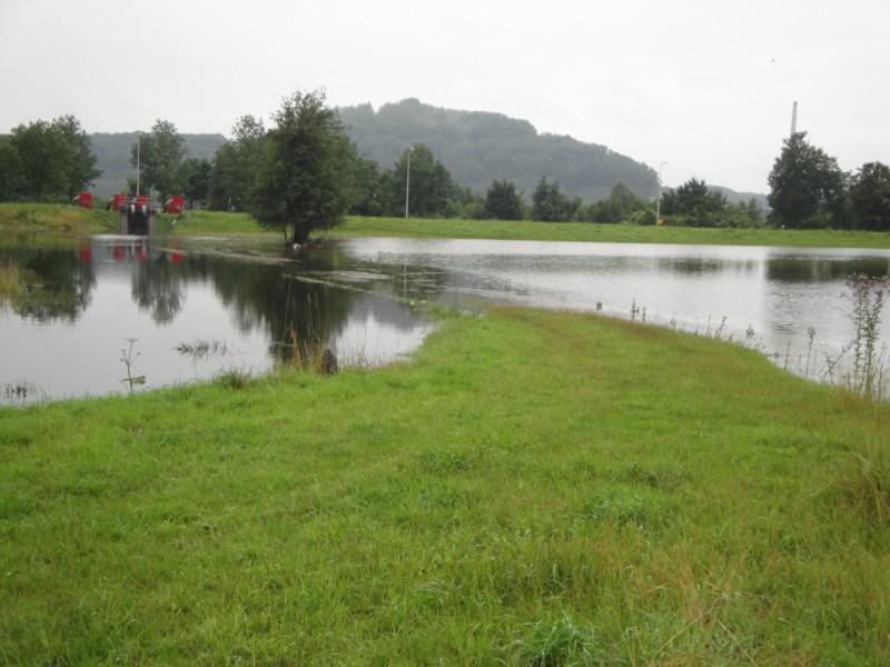 Насосы откачивают воду из местной речки.