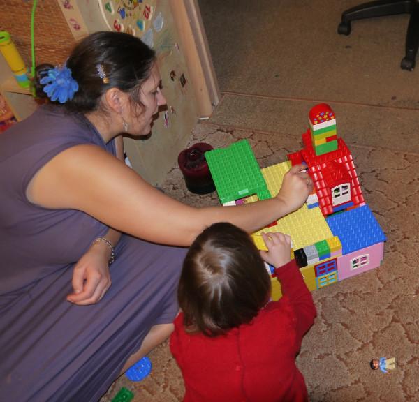 мама, Аня и лего-домик