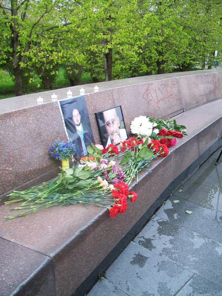 800px-Мемориал_в_память_о_якобы_убитом_Аркадии_Бабченко_в_Екатеринбурге_30_мая_2018_года.jpg