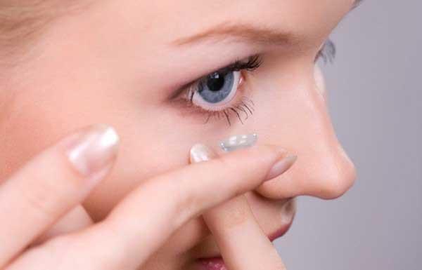 Глаза девушки, не снимавшей линзы полгода, заживо съели бактерии