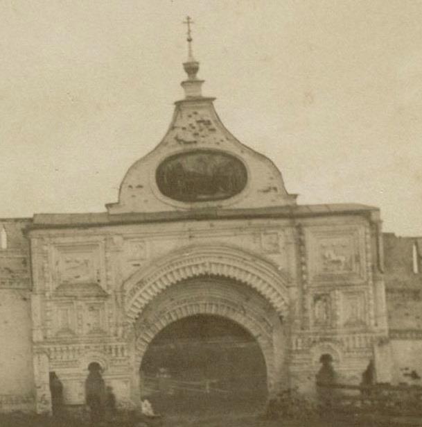 1880е Ворота Горицкого монастыря. Фото 1870-х. Фигура льва (слева) выбита