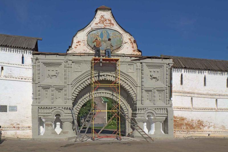 2012, август, проездные ворота. Идёт реставрация