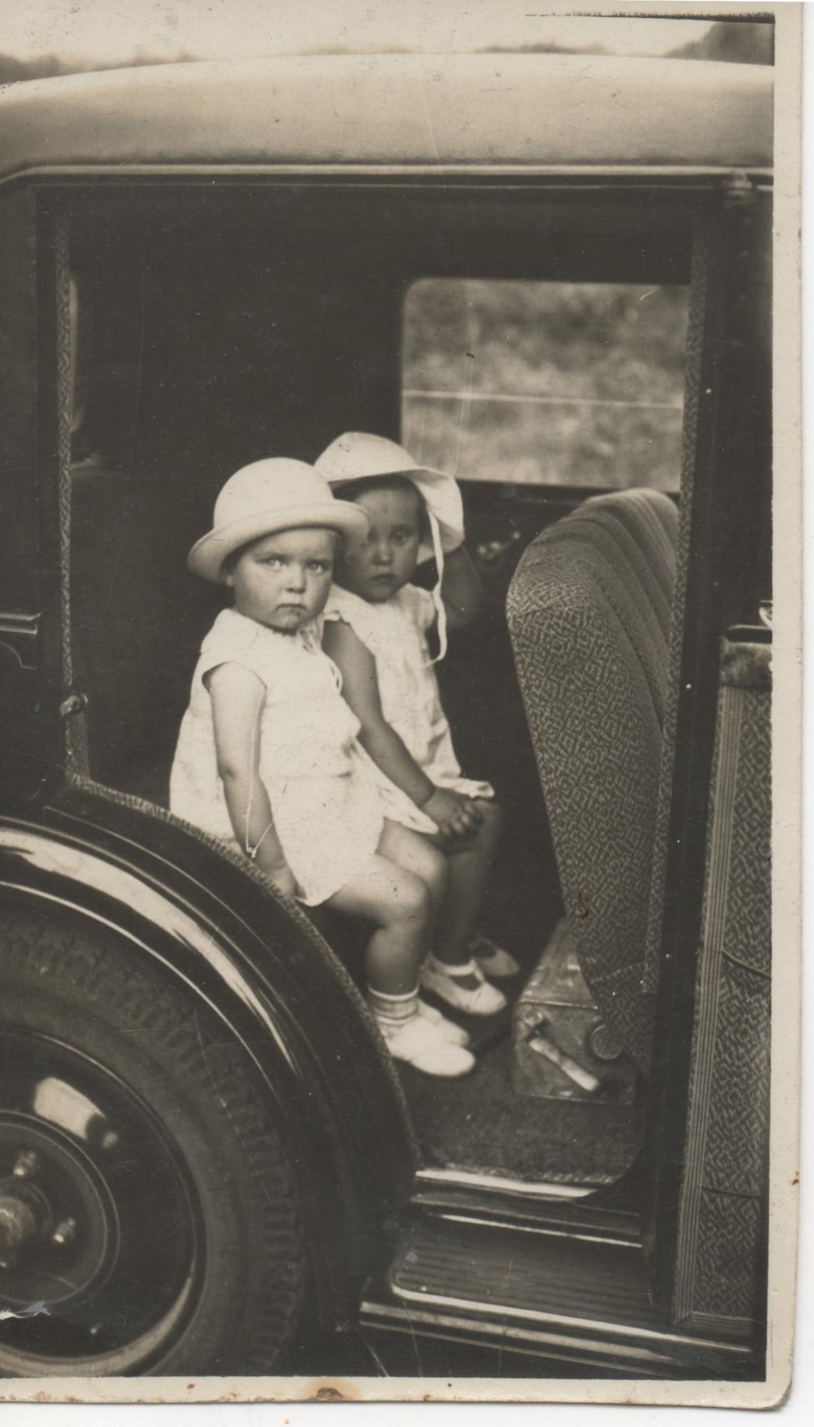 Anna avec une autre enfant 10 juilet 1932
