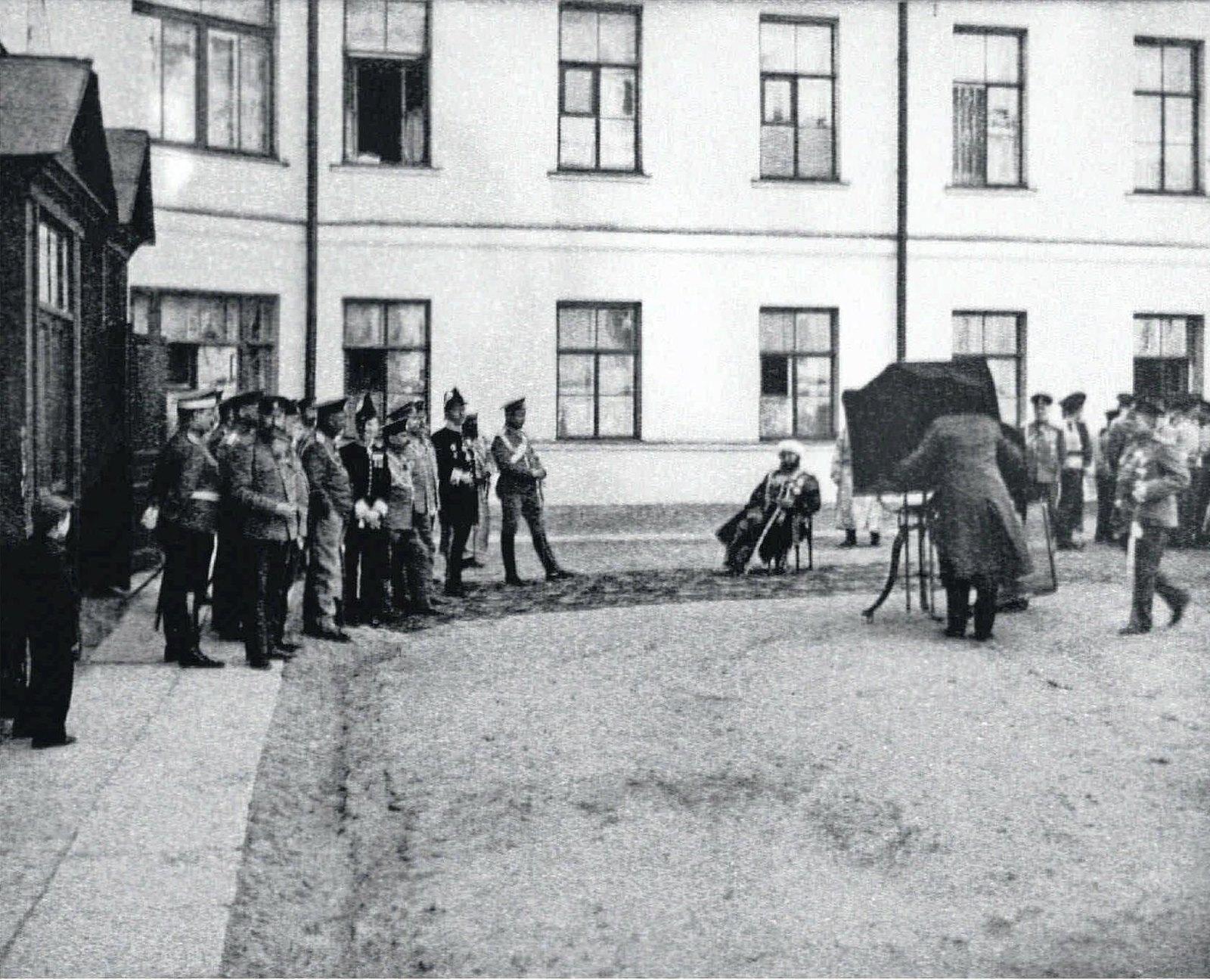 1911 Фотограф снимает Саида Алима Эмира Бухарского во внутреннем дворе морского корпуса