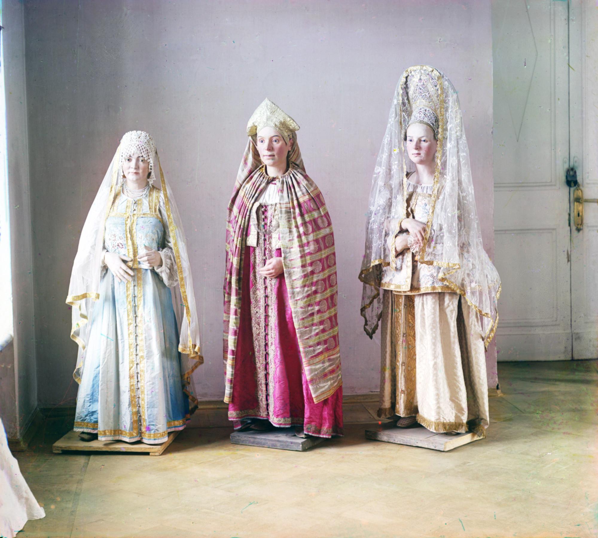 Манекены в костюмах уездов Тверской губернии в Тверском музее 20148