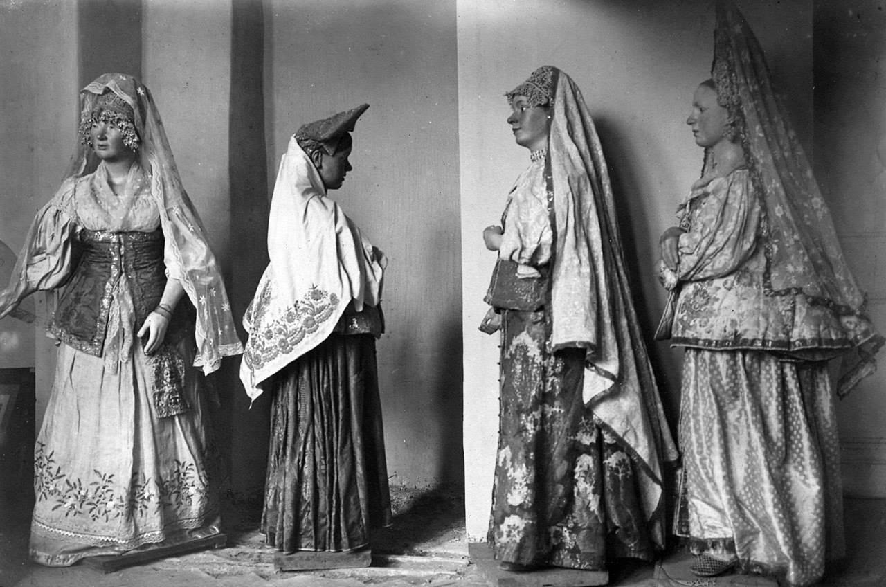 Манекены в старинных женских костюмах