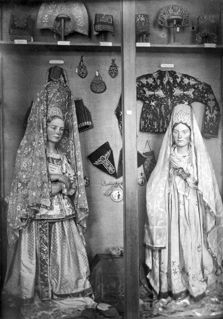 Манекены в старинных женских костюмах2