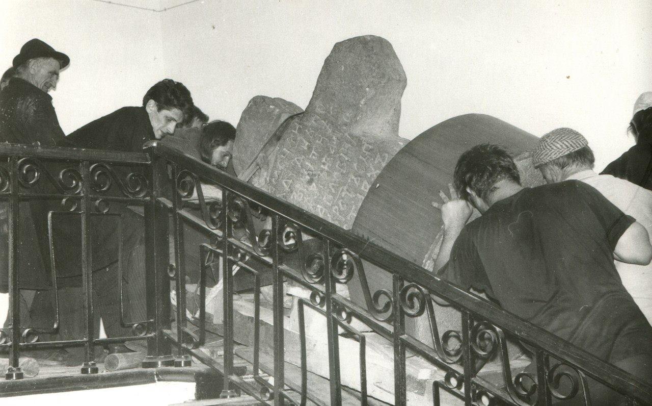 Стерженский крест  1995 Сотрудники музея перемещают в экспозицию Стерженский крест, вес которого более тонны
