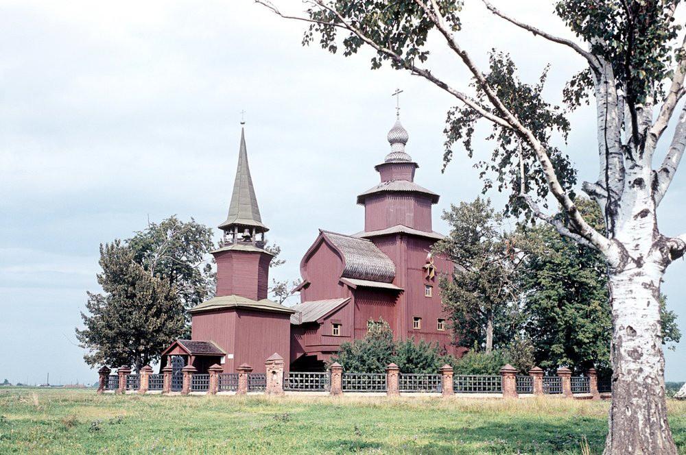 1966 Деревянная церковь Иоанна Богослова на реке Ишне. XVII век. Село Богослов. Борис Рябинин. РИА
