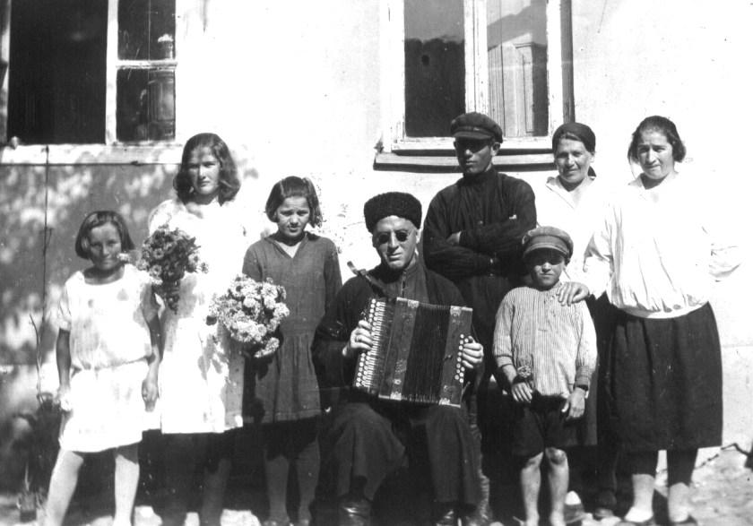 1928 год, селение Эльхотово, гармонист Кайсын Мерденов