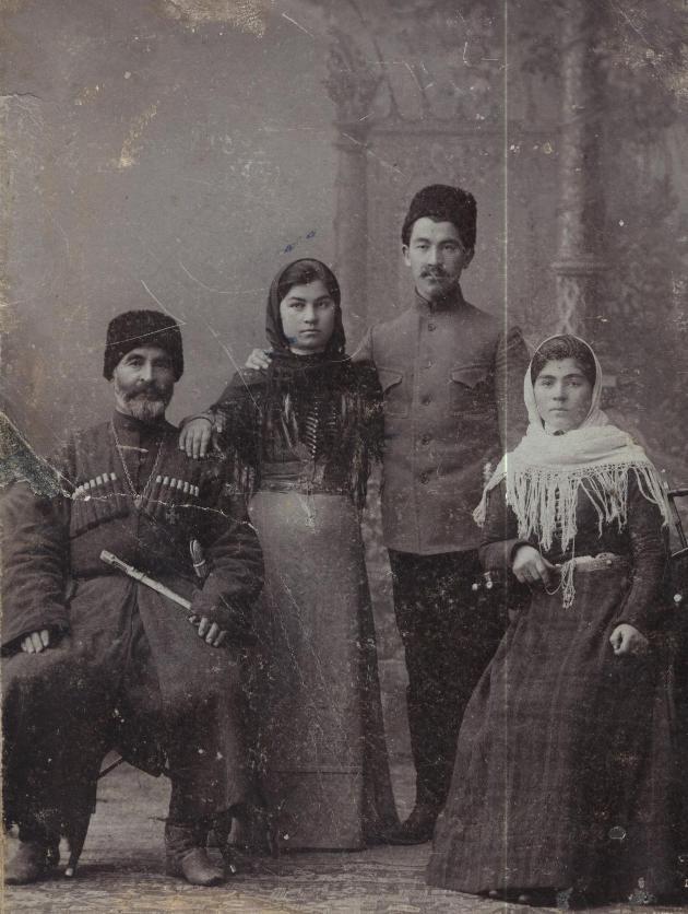 Георгиевский кавалер, герой Русско-турецкой войны 1877-1878гг. Камболат Дзамболатович Цереков с сыном Темирболатом и дочерьми Ольгой и Бузе(Бузой)1