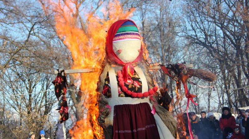 Сжигание куклы, называют чучелом.