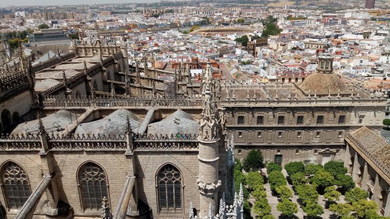Панорама Севильи и часть собора