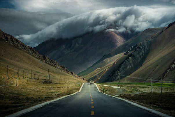 Дорога. Горы. Облака