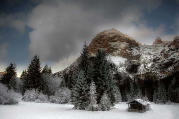 Снег. Горы. Жилище...