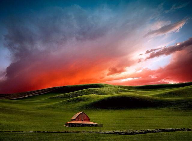 Дом, зеленые холмы