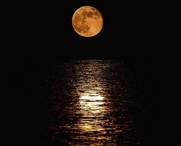 Луна и море...