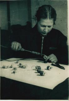 «… Комсомолка Л.А. Ковалева приобрела специальность электромонтера и работает в цехе восстановления электроламп, [10 марта 1943 г.]»