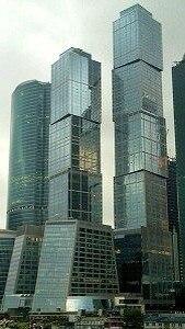 Список самых высоких зданий в мире постоянно обновляется, поскольку звание «самого высокого здания» делает отличную рекламу его строителям и владельцам. Самые высокие здания Москвы Самые высокие здания Москвы  Башня «Мoсквa» в «Городе столиц» (Москва-сити) — высота 301,6 метров, 76 этажей. Башня C «Дома на набережной» (Пресненская набережная 10) — высота 268,4 метра, 61 этаж. Триумф-Палас (Чапаевский переулок 3) — высота 264,1 метра, 54 этажа. Это самое высокое жилое здание в Европе. Башня «Санкт-Петербург» в «Городе столиц» (Москва-сити) — высота 257 метров, 65 этажей. Башня «Федерация» (Москва-сити) — высота 242 метра, 62 этажа. Главный корпус МГУ — 240 метров, 36 этажей.  Башня «Меркурий Сити Тауэр» по окончании строительства станет самой высокой в Москве и Европе (338 метров). Москва удерживает безоговорочное лидерство по количеству и высоте небоскрёбов в России. Самым высоким зданием из других городов России является 54-этажная Башня «Высоцкий» в Екатеринбурге — её высота 188 метров. Самые высокие здания Европы  Башня «The Shard» в Лондоне — высота 309,6 метров, 87 этажей. Башня «Мoсквa» в «Городе столиц» (Москва-сити) — высота 301,6 метров, 76 этажей. Башня C «Дома на набережной» (Пресненская набережная 10) — высота 268,4 метра, 61 этаж. Триумф-Палас (Чапаевский переулок 3) — высота 264,1 метра. Сапфир Стамбула (Турция) — 261 метр. Коммерцбанк-Тауэр (Франкфурт, Германия) — 258,7 метров. Башня «Санкт-Петербург» в «Городе столиц» (Москва-сити) — высота 257 метров, 65 этажей. Мессетурм (Франкфурт, Германия) — высота 256,6 метров.  Самые высокие здания мира (не считая радиомачт и телебашен)  Башня «Бурдж Халифа» в Дубае — высота 828 метров, 163 этажа. Башня «Уиллис-Тауэр» в Чикаго — высота 527 метров, 110 этажей. «Тайбэй 101» (Тайвань) — высота 509 метров, 101 этаж. Шанхайский всемирный финансовый центр — высота 492 метра, 101 этаж. Международный коммерческий центр (Гонконг) — 484 метра, 108 этажей.  Ещё около десятка зданий имеют высоту более 400 метров, и их чис